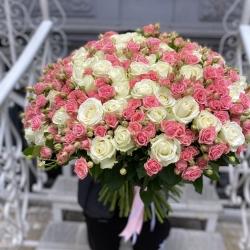Букет *Белые Розы и Кустовая Роза* 151 шт