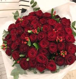 Букет Роз *Красная роза и Гиперикум* 51 шт